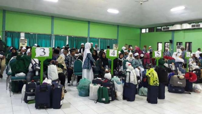 Jemaah haji kloter terakhir setiba di Asrama Haji Surabaya, Jawa Timur, pada Selasa, 25 September 2018.