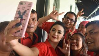 Artis Krisdayanti (tengah) yang juga Caleg PDI Perjuangan untuk DPR RI dapil Malang Raya berfoto bersama para caleg lainnya saat mengunjungi Museum Kebangkitan Nasional di Jakarta