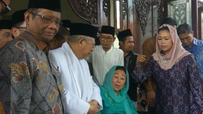 Istri mendiang mantan presiden Abdurahman Wahid alias Gus Dur, Sinta Nuriyah, menerima calon wakil presiden Ma'ruf Amin di kediamannya di Ciganjur, Jakarta, pada Rabu, 26 September 2018.