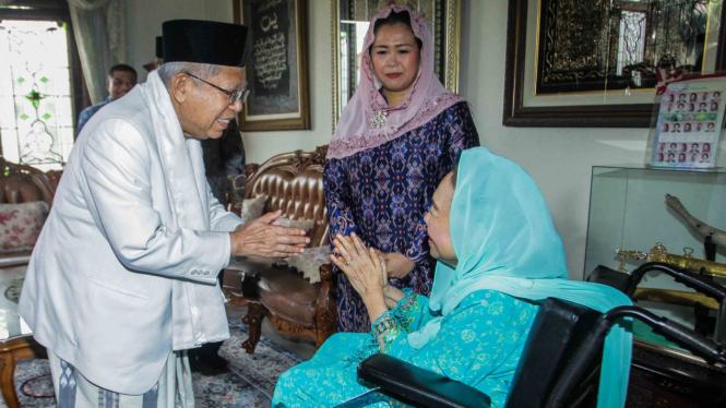Cawapres nomor urut 01 Ma'ruf Amin (kiri) menyalami istri almarhum Gus Dur, Sinta Nuriyah Wahid (kanan), mantan Ketua MK Mahfud MD (kedua kiri), putri almarhum Gus Dur Yenny Wahid (kedua kanan), Sekretaris Komisi Hubungan Antaragama dan Kepercayaan (HAK)