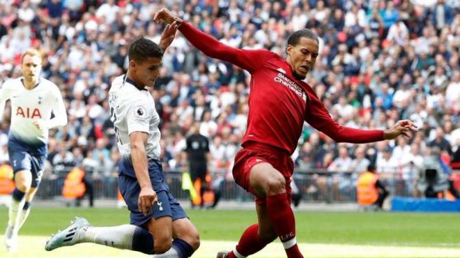 Pemain belakang Liverpool, Virgil van Dijk (kanan)