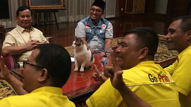 Prabowo dan kucingnya, Bobi, ikut rapat bareng dengan caleg Partai Golkar.