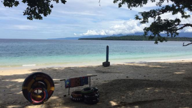 Pantai Pasir Putih, Manokwari, Papua Barat.