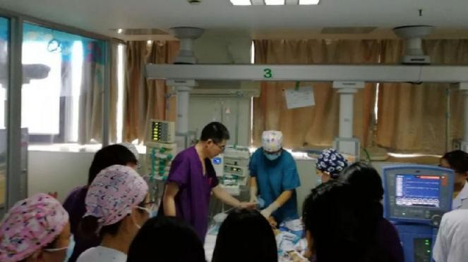 Dokter dan perawat di Rumah Sakit Anak-anak Changzhou Municipal melakukan CPR