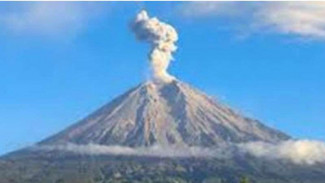 https://thumb.viva.co.id/media/frontend/thumbs3/2018/09/29/5baf9fb879423-gunung-kerinci-di-jambi-mengeluarkan-abu-vulkanik-dengan-ketinggian-1-400-kaki_325_183.jpg