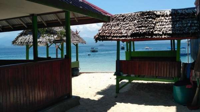 Saung di painggir pantai Tanjung Karang Donggala