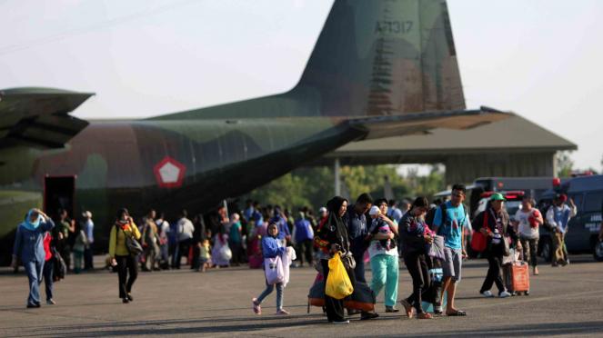 Pengungsi korban gempa dan tsunami Kota Palu dan Donggala dengan menggunakan pesawat C130 Hercules milik TNI AU tiba di Lanud Hasanuddin, Kabupaten Maros, Sulawesi Selatan, Minggu, 30 September 2018.