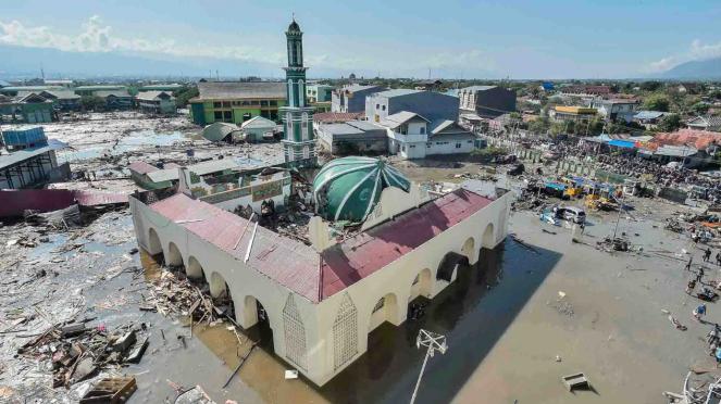 Suasana kawasan masjid Baiturrahman yang diterjang tsunami di wilayah Talise, Palu Barat, Sulawesi Tengah, Minggu, 30 September 2018.