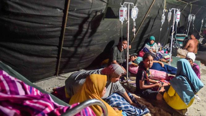 Pasien dan korban gempa berada di tenda darurat di Rumah Sakit Wirabuana, Palu, Sulawesi Tengah