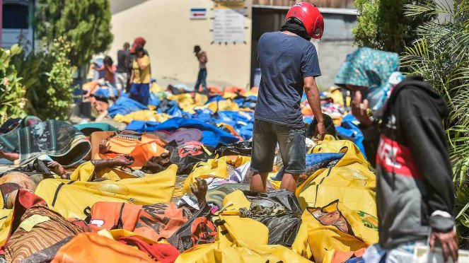 Warga mencari korban gempa dan tsunami yang tewas di RS Bhayangkara, Palu, Sulawesi Tengah, Minggu, 30 September 2018.