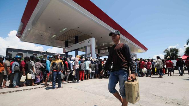 Ribuan warga korban gempa dan tsunami Palu mengantre membeli bbm di Stasiun Pengisian Bahan Bakar Umum (SPBU) di Kelurahan Palupi, Palu, Sulawesi Tengah