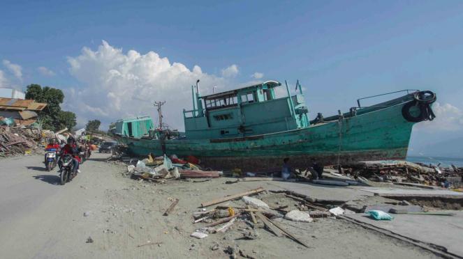 Sebuah kapal terdampar akibat gempa dan tsunami di kawasan Pantai Taipa, Palu Utara, Sulawesi Tengah, Senin, 1 Oktober 2018.