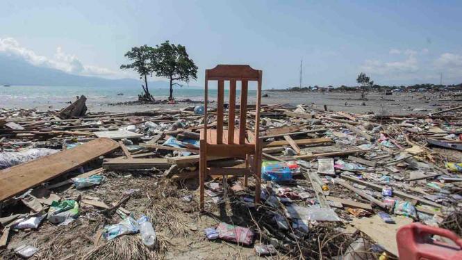 Sebuah kursi berada diantara bangunan yang ambruk dampak gempa dan tsunami di kawasan Pantai Taipa, Palu Utara, Sulawesi Tengah
