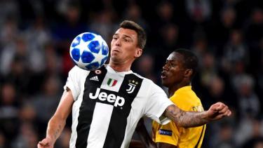 Penyerang Juventus, Mario Mandzukic, saat hadapi Young Boys.