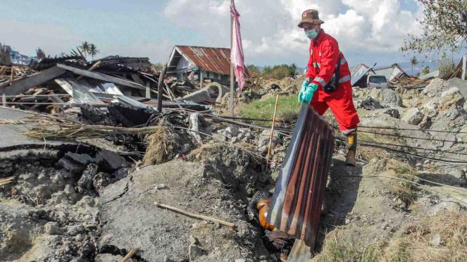 Tim penyelamat dari Manggala Agni mencari korban gempa dan tsunami di kawasan Kampung Petobo, Palu, Sulawesi Tengah, Selasa, 2 Oktober 2018.