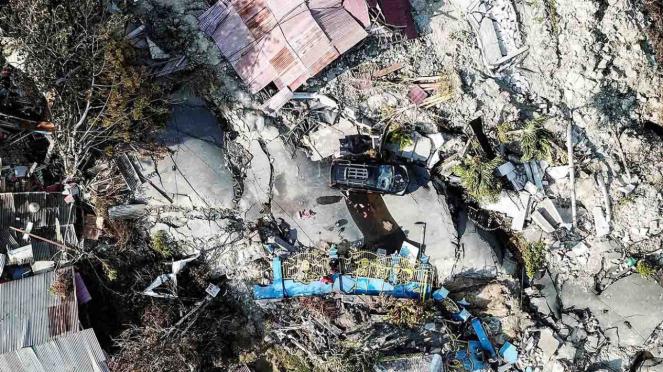 Kondisi bangunan dan jalanan yang rusak akibat gempa 7,4 pada skala richter (SR), di kawasan Kampung Petobo, Palu, Sulawesi Tengah, Selasa, 2 Oktober 2018.