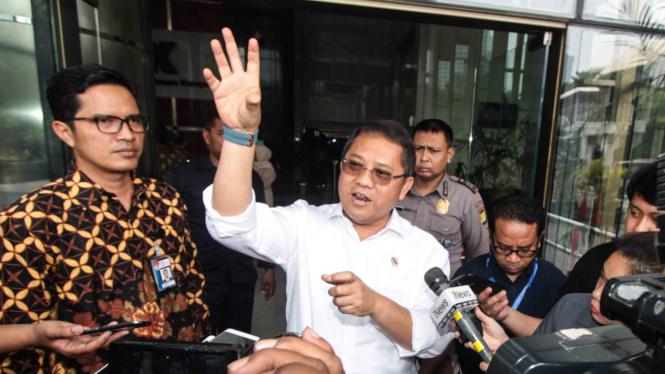 Menkominfo Rudiantara (kanan) didampingi Juru Bicara KPK Febri Diansyah (kiri) menjawab pertanyaan wartawan usai melakukan pertemuan dengan para pimpinan KPK di Jakarta