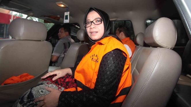Tersangka kasus dugaan suap PLTU Riau-1 Eni Maulani Saragih berada dalam mobil tahanan seusai menjalani pemeriksaan di gedung KPK, Jakarta