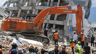 Presiden Joko Widodo didampingi sejumlah menteri Kabinet Kerja mengawasi proses evakuasi korban gempa di reruntuhan Hotel Roaroa di Palu, Sulawesi Tengah, Rabu (3/10).