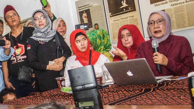 Ratna Sarumpaet (kanan) memberikan klarifikasi terkait pemberitaan penganiyaan terhadap dirinya di Kediaman Ratna Sarumpaet, Kawasan Bukit Duri, Jakarta