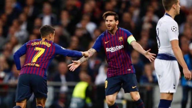 Philippe Coutinho dan Lionel Messi merayakan gol Barcelona