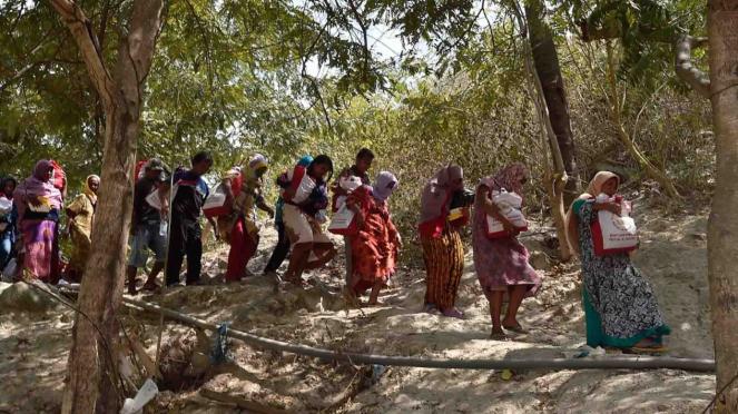 Warga korban gempa dan tsunami membawa bantuan dari Persiden Joko Widodo di Desa Loli Saluran, Donggala, Sulawesi Tengah, Rabu, 3 Oktober 2018.