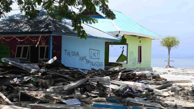 Rumah korban gempa dan tsunami bertuliskan permohonan pertolongan kepada presiden di Loli Saluran, Donggala, Sulawesi Tengah, Rabu, 3 Oktober 2018.