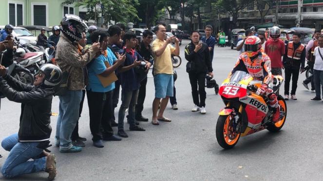 Pembalap Repsol Honda, Marc Marquez menyapa warga jelang MotoGP Thailand