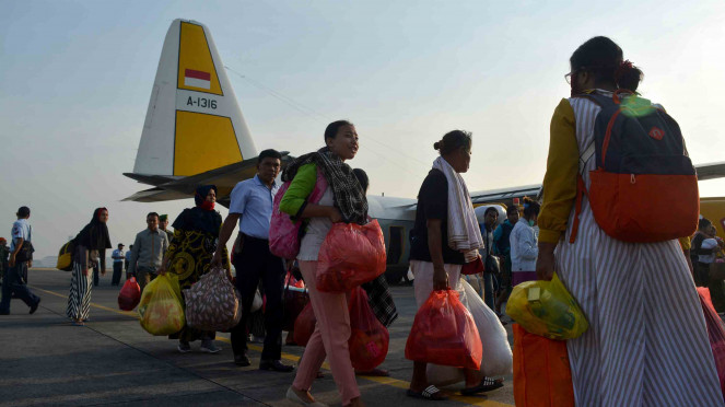 Sejumlah penyintas bencana gempa dan tsunami Palu dan Donggala, Sulawesi Tengah tiba di Base Ops Lanudal Juanda, Sidoarjo, Jawa Timur