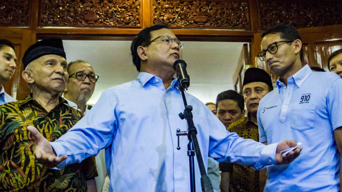 Calon Presiden dan Wakil Presiden nomor urut 02 Prabowo Subianto (tengah) dan Sandiaga Uno (kanan).