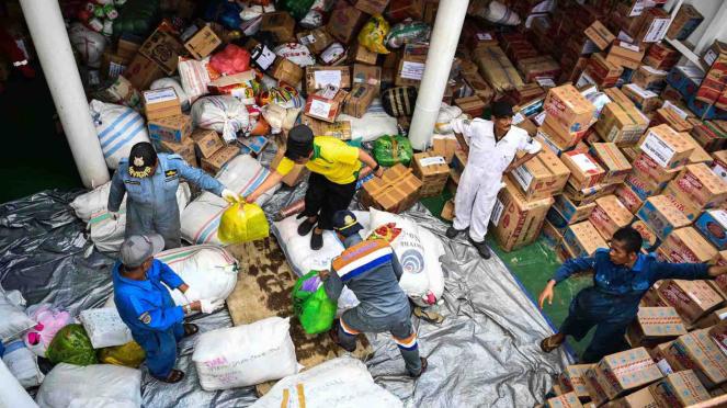 Petugas melakukan bongkar muat bantuan di KN De Brill saat bersandar di Pelabuhan Pantoloan, Palu, Sulawesi Tengah