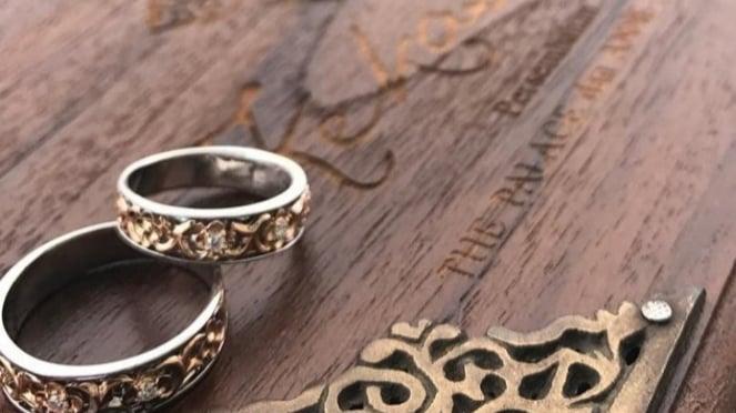 Cincin pernikahan.