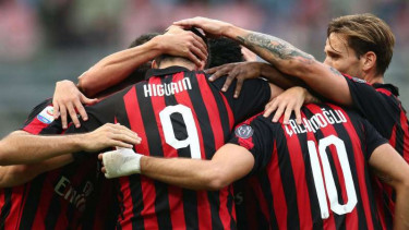 Pemain AC Milan rayakan gol.