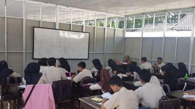 Sekolah darurat di daerah bencana gempa