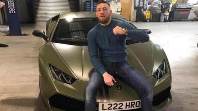McGregor bersama mobil mewahnya.