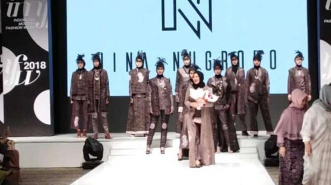 Desainer Nina Nugroho tunjukkan karya batik