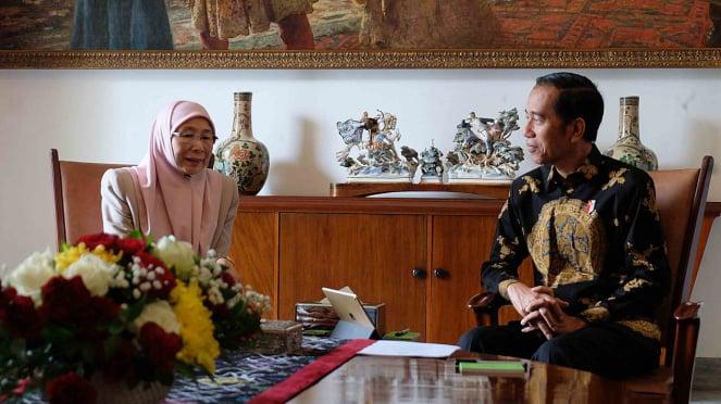 Presiden Joko Widodo (kanan) menerima kunjungan kehormatan Deputi Perdana Menteri Malaysia Dato Seri Wan Azizah Wan Ismail di Istana Bogor, Jawa Barat