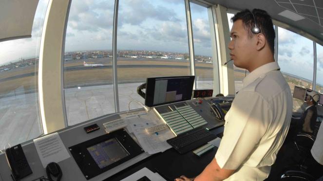 Petugas memantau dan mengatur pergerakan pesawat udara di menara Air Traffic Controller (ATC) Bandara Internasional I Gusti Ngurah Rai, Bali