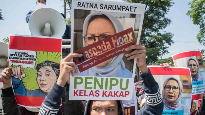 Massa yang tergabung dalam Aliansi Mahasiswa Bandung Raya melakukan aksi unjuk rasa terkait kasus Ratna Sarumpaet di depan Gedung Sate, Bandung, Jawa Barat