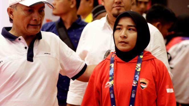 Pejudo putri Indonesia Miftahul Jannah meninggalkan arena usai didiskualifikasi dari pertandingan kelas 52 kg blind judo Asian Para Games 2018 di Jiexpo Kemayoran, Jakarta