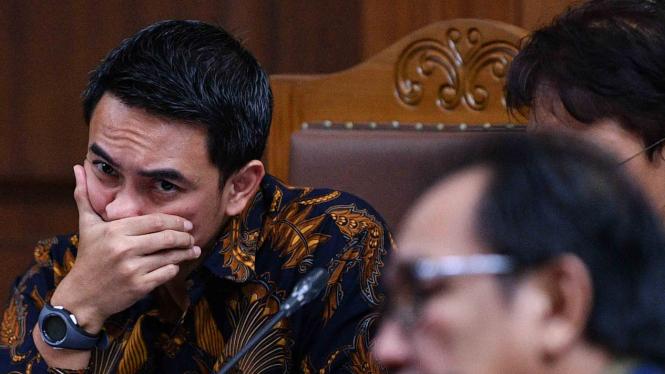 Terdakwa kasus suap dan gratifikasi terkait proyek di Dinas Pekerjaan Umum dan Perumahan Rakyat Provinsi Jambi, Zumi Zola (kiri) menjalani sidang lanjutannya diskors di Pengadilan Tipikor, Jakarta