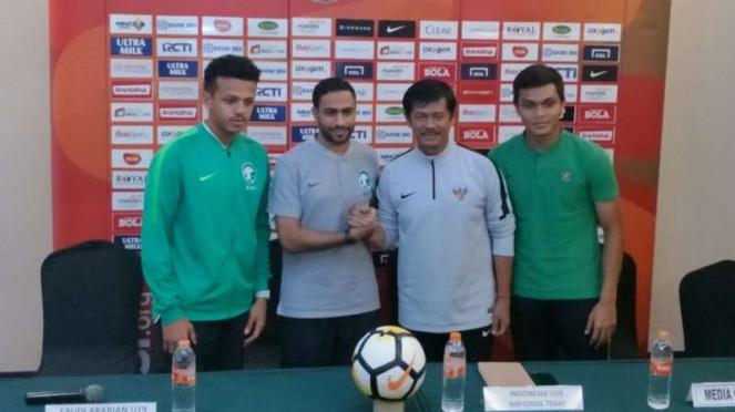 Pelatih Timnas U-19, Indra Sjafri (kanan kedua) jelang lawan Arab Saudi.