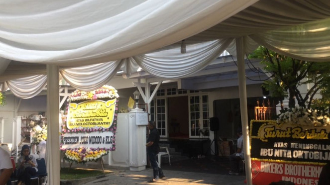 Karangan bunga untuk wafatnya istri Indro Warkop