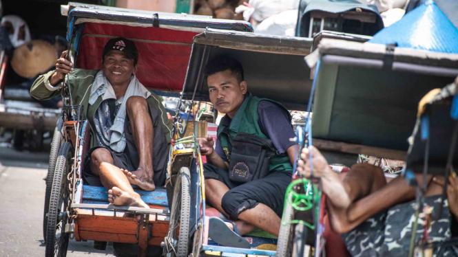 Pengemudi becak menanti penumpang di Selter Becak Terpadu, di Jalan K Pejagalan,
