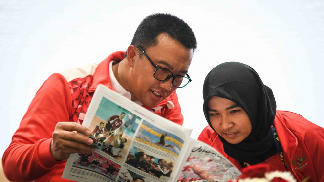 Menpora Imam Nahrawi (kiri) dan atlet Judo Indonesia Miftahul Jannah (kanan) berbincang-bincang saat konferensi pers di GBK Arena, Jakarta