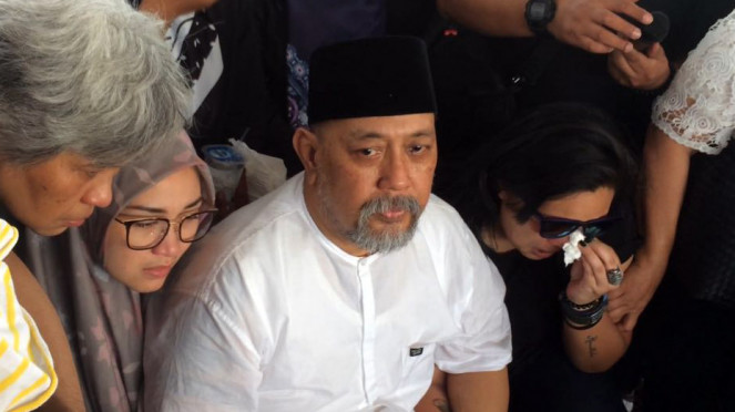 Pemakaman istri Indro Warkop di TPU Tanah Kusir, Jakarta