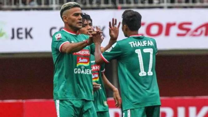 Para pemain PSS Sleman merayakan gol