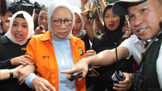 Tersangka penyebaran berita bohong atau hoaks Ratna Sarumpaet (tengah) dikawal petugas saat keluar untuk menjalani tes kejiwaan di Rutan Dirkrimum Polda Metro jaya, Jakarta.