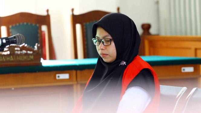Istri CEO Travel Abu Tours Nursyariah Mansyur menunduk saat pembacaan dakwaan oleh Jaksa Penuntut Umum pada sidang lanjutan di PN Makassar, Sulawesi Selatan