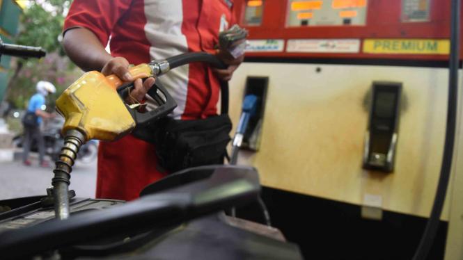 Petugas mengisi premium ke dalam sepeda motor di salah satu SPBU di Jakarta
